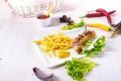 Köstliche gegrillte Bratwurst mit Fischrogen und Senf lizenzfreie stockfotos