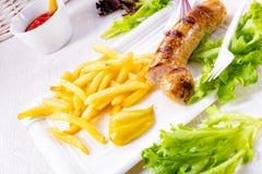 Köstliche gegrillte Bratwurst mit Fischrogen und Senf stockfotografie