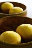 Köstliche gelbe orientalische Vanillepudding-Brötchen Stockfotos