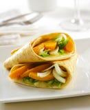 Köstliche Gemüsetortillaverpackung mit geschmolzenem mozarella Käse Stockfotografie