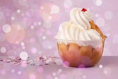 Köstliche geschmackvolle selbst gemachte Kuchen mit bokeh beleuchten Hintergrund Stockfotos