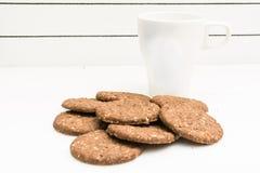Köstliche glutenfreie Kekse und eine Schale für Milch Stockfotografie