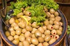 Köstliche grüne Oliven im Markt Stockfotos