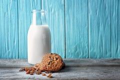 Köstliche Hafermehlplätzchen mit Rosinen und Flasche Milch Lizenzfreies Stockbild