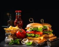 Köstliche Hamburger mit Pommes-Frites Stockbild
