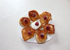 Köstliche Hefepfannkuchen mit Himbeeren und mit Sahne stockbild