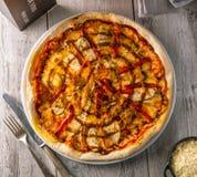 Köstliche heiße Pizza mit der gegrillter Hühnerbrust und grünem Pfeffer Lizenzfreie Stockbilder
