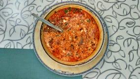 Köstliche helle farbige Suppe und Löffel, Draufsicht lizenzfreie stockbilder