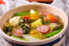 Köstliche herbstliche Gemüsesuppe mit Wurst und Speck lizenzfreie stockfotografie