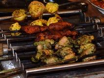 Köstliche indische Kebabnahrung gegrillt über brennendem Holzkohlenfeuer stockbild