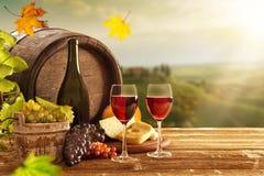 Köstliche Käse und Wein auf altem Holztisch stockfoto