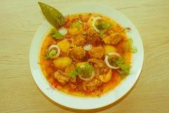 Köstliche Kalbfleischeintopfgerichtsuppe mit Fleisch und Gemüse auf hölzerner Tabelle Lizenzfreie Stockfotografie