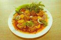 Köstliche Kalbfleischeintopfgerichtsuppe mit Fleisch und Gemüse auf hölzerner Tabelle Lizenzfreie Stockfotos