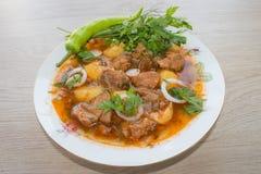 Köstliche Kalbfleischeintopfgerichtsuppe mit Fleisch und Gemüse auf hölzerner Tabelle Lizenzfreie Stockbilder