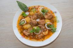 Köstliche Kalbfleischeintopfgerichtsuppe mit Fleisch und Gemüse auf hölzerner Tabelle Stockfotos