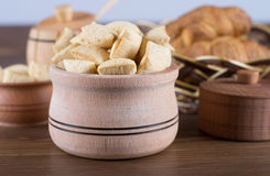Köstliche Kekse in einer hölzernen Schüssel Stockfoto