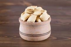 Köstliche Kekse in einer hölzernen Schüssel Lizenzfreies Stockfoto