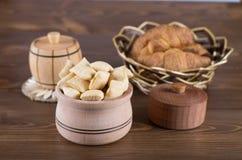 Köstliche Kekse in einer hölzernen Schüssel Stockfotografie