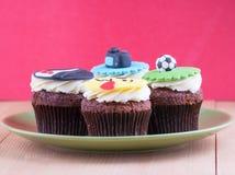 Köstliche kleine Kuchen auf Tabelle Stockfotos