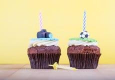 Köstliche kleine Kuchen auf Tabelle Lizenzfreie Stockfotos