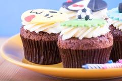 Köstliche kleine Kuchen auf Tabelle Stockfotografie