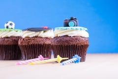 Köstliche kleine Kuchen auf Tabelle Stockbilder