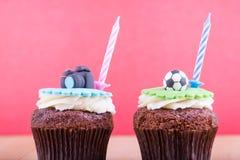 Köstliche kleine Kuchen auf Tabelle Stockbild