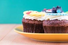 Köstliche kleine Kuchen auf Tabelle Lizenzfreie Stockbilder