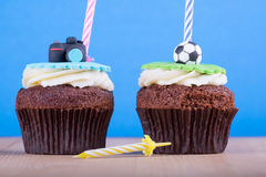 Köstliche kleine Kuchen auf Tabelle Stockfoto