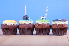 Köstliche kleine Kuchen auf Tabelle Lizenzfreies Stockfoto