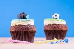 Köstliche kleine Kuchen auf Tabelle Lizenzfreies Stockbild