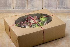Köstliche kleine Kuchen in einem Kasten Kleine Kuchen mit Keksen, Feigen, Schokolade Stockbild