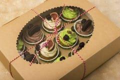 Köstliche kleine Kuchen in einem Kasten Kleine Kuchen mit Keksen, Feigen, Schokolade, Marmelade Stockbild