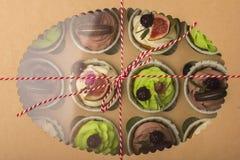 Köstliche kleine Kuchen in einem Kasten Kleine Kuchen mit Keksen, Feigen, Schokolade, Marmelade Lizenzfreies Stockfoto