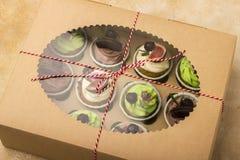 Köstliche kleine Kuchen in einem Kasten Kleine Kuchen mit Keksen, Feigen, Schokolade, Marmelade Stockfotos