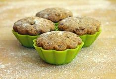 Köstliche kleine Kuchen im Zinn für das Backen Stockfoto