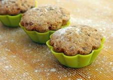 Köstliche kleine Kuchen im Zinn für das Backen Stockfotografie