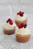 Köstliche kleine Kuchen mit Beeren Stockfoto