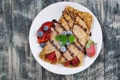 Köstliche Krepps mit Beeren und Schokoladensoße, Draufsicht Stockfotografie