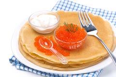 Köstliche Krepps mit dem rotem Kaviar, Dill und dem Sauerrahm, lokalisiert Lizenzfreies Stockbild
