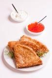 Köstliche Krepps mit dem rotem Kaviar, Dill und dem Sauerrahm, lokalisiert Stockbild