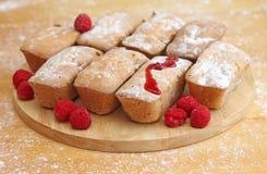 Köstliche Kuchen mit Himbeeren auf hölzernem Hintergrund Lizenzfreies Stockfoto