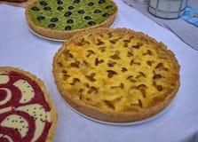 Köstliche Kuchen mit Käse und Pilzen auf einer weißen Tabelle lizenzfreies stockbild