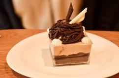Köstliche KuchenSchokoladencreme mit Belag Stockfoto