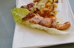 Köstliche Lachse gebraten mit Kartoffeln und Gemüse Lizenzfreie Stockbilder