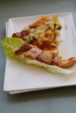 Köstliche Lachse gebraten mit Kartoffeln und Gemüse Lizenzfreie Stockfotos