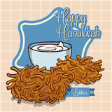 Köstliche Latkes mit Sauerrahm in der Karikatur-Art, Vektor-Illustration Stockfotografie
