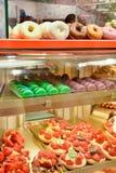 Köstliche macarons, Schaumgummiringe und Erdbeerkuchen in einem Bäckereigeschäft lizenzfreies stockbild