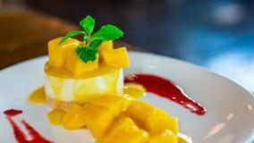Köstliche Mango-weicher Kremeis-Käsekuchen stockbild