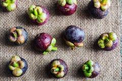 Köstliche Mangostanfruchtfrucht vereinbarte auf einem Hanfsackhintergrund, M Stockbild